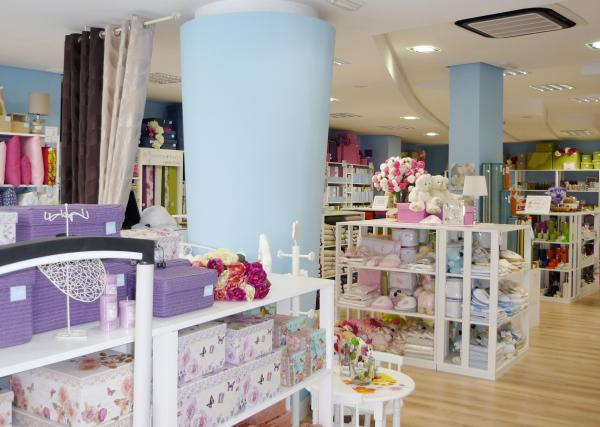 Las tiendas Casa fueron fundadas en en Bélgica y pertenecen al grupo Blokker desde La red de tiendas Casa ofrece una amplia gama de productos de decoración, interior, regalos, artículos de mesa, muebles de jardín y mobiliario pequeño.